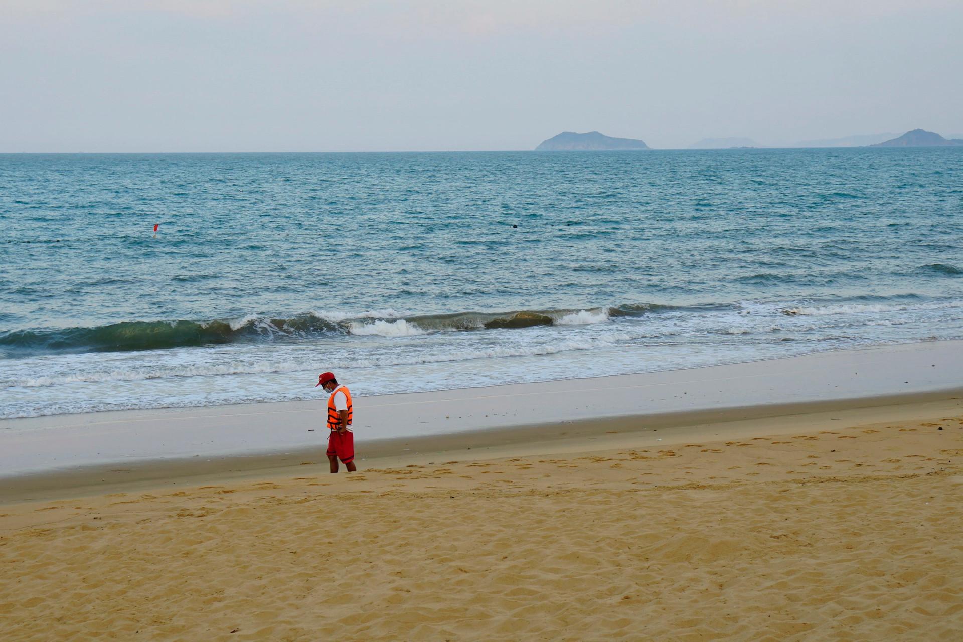 Biển Quy Nhơn vắng lặng sau lệnh cấm tắm để phòng dịch-6
