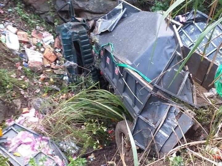 Xe tải lao xuống vực sâu hàng chục mét, 2 người chết, một người bị thương - 2