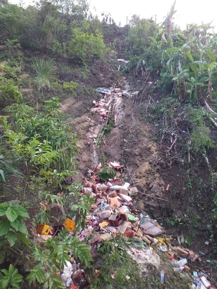 Xe tải lao xuống vực sâu hàng chục mét, 2 người chết, một người bị thương - 1