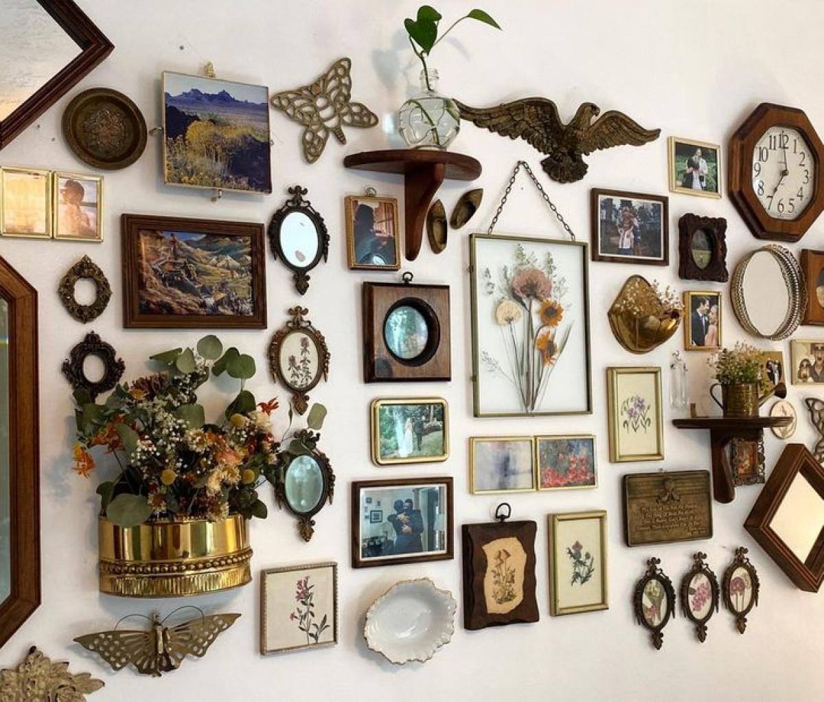 Bức tường trưng bày đầy tính nghệ Lò sưởi cũ từ năm 1960 đã được chúng tôi tân trangvới những món đồ cũ đã được sưu tầm khá lâu.