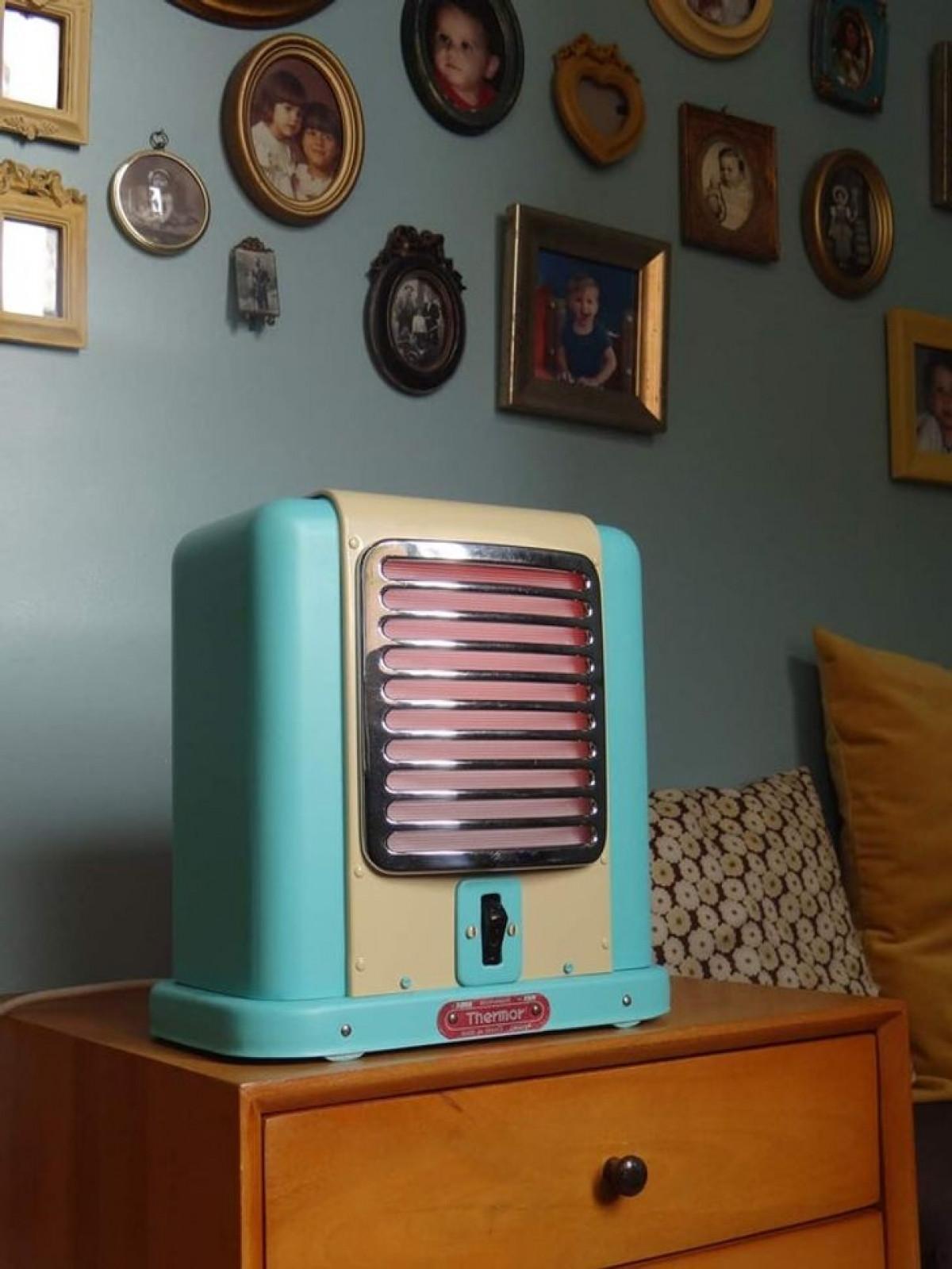 Lò sưởi cũ từ năm 1960 đã được tân trang để trở thành điểm nhấn trong phòng ngủ.
