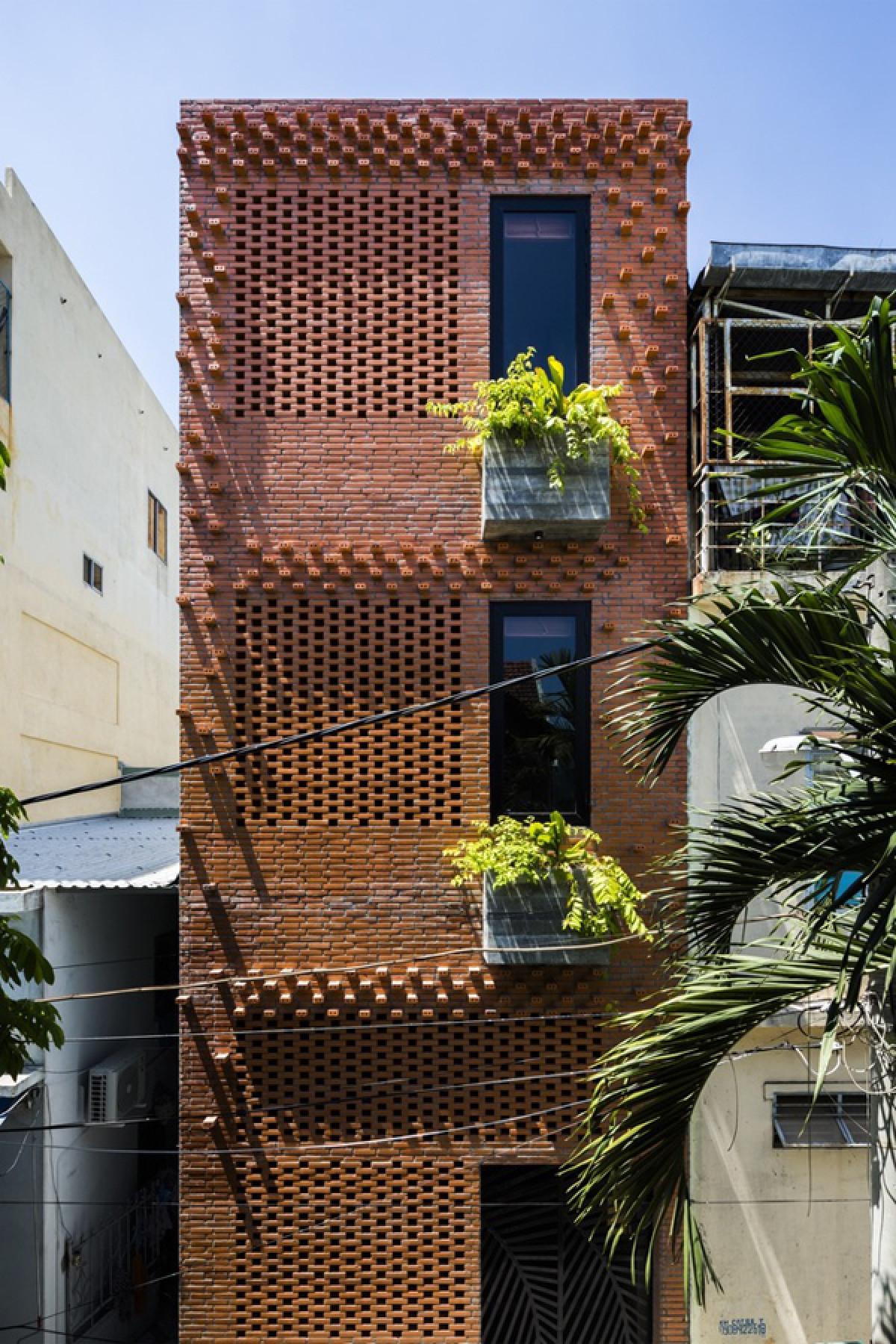 Mặt sau ngôi nhà được xây bằng gạch trần với những bức tường hoa để chắn nắng hướng tây./.