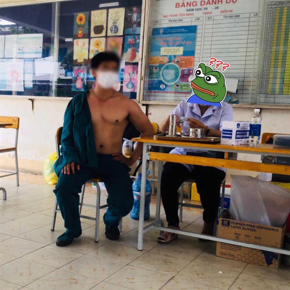 Giờ thì đến nam giới đi tiêm vaccine cũng khoe thân phản cảm!-2