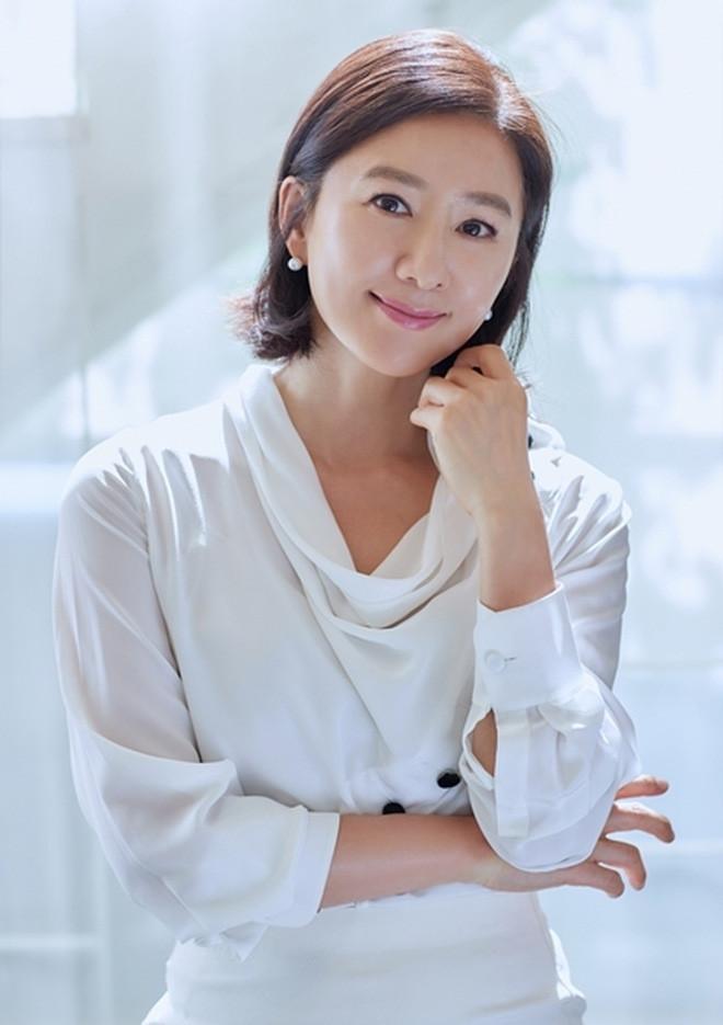 Chị đại Kim Hee Ae tái xuất sau 'Thế giới hôn nhân', tính cách vẫn không lẫn đi đâu được
