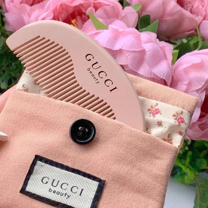 Túi xách, giày dép đến... lược Gucci cũng bị làm nhái bán vài chục nghìn-2
