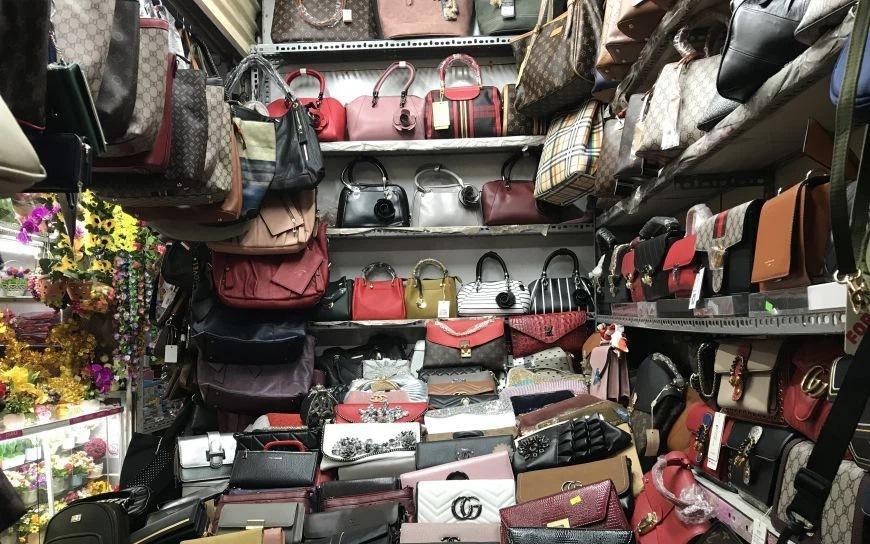 Túi xách, giày dép đến... lược Gucci cũng bị làm nhái bán vài chục nghìn-1