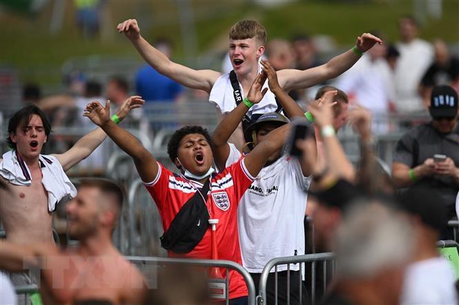 WHO canh bao can tang cuong giam sat dich trong giai EURO 2020 hinh anh 1