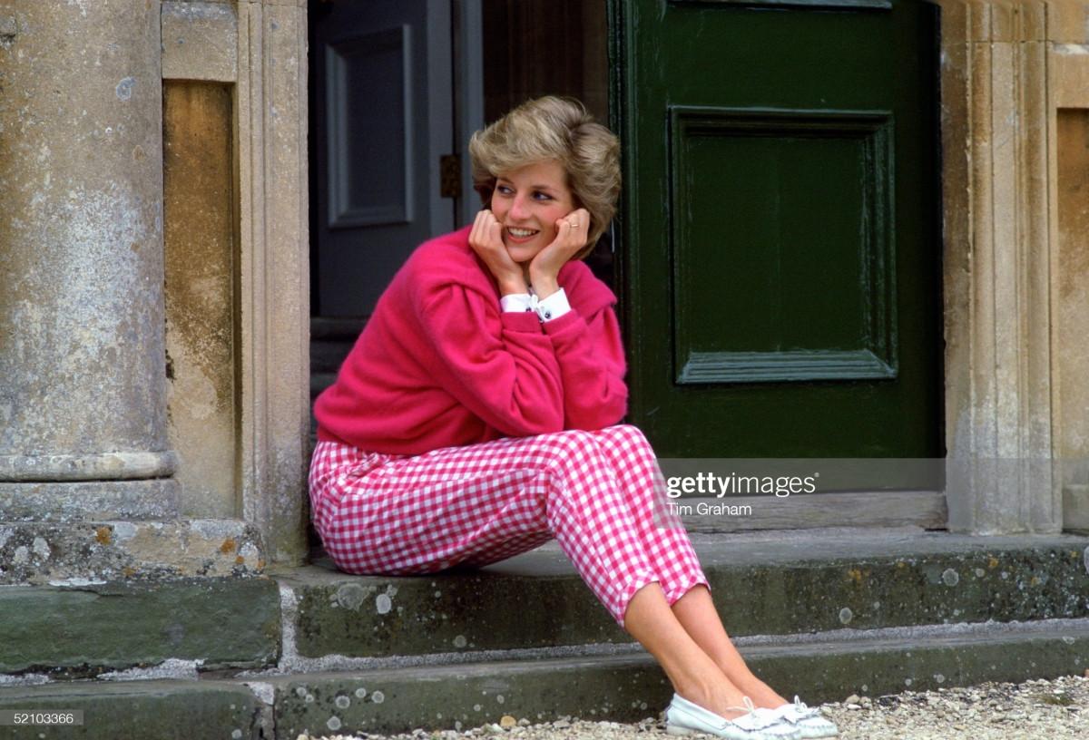 Công nương Diana Diện trang phục màu hồng quý phái, thanh lịch khó sánh - 1