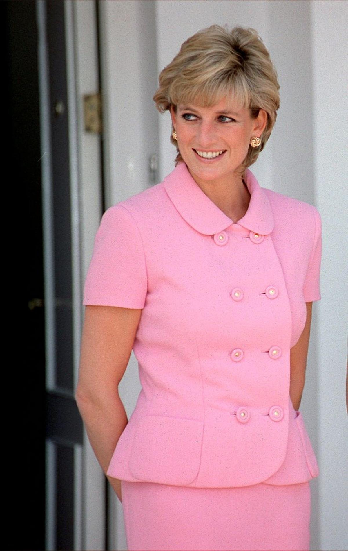 Công nương Diana Diện trang phục màu hồng quý phái, thanh lịch khó sánh - 2