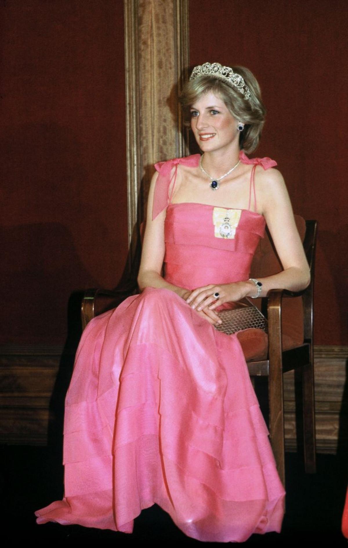 Công nương Diana Diện trang phục màu hồng quý phái, thanh lịch khó sánh - 7