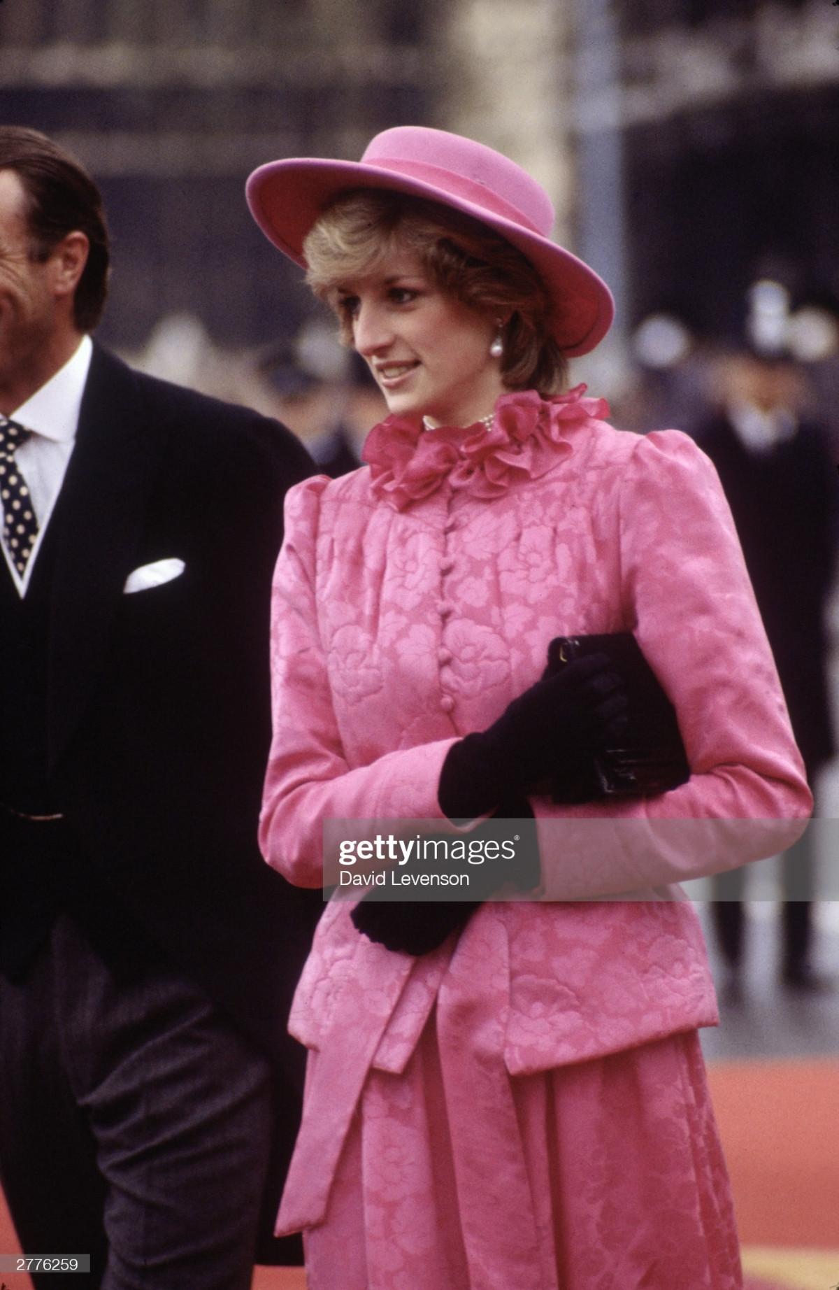 Công nương Diana Diện trang phục màu hồng quý phái, thanh lịch khó sánh - 8