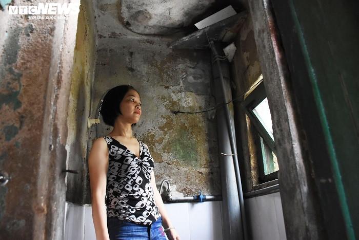 Hải Phòng: Chung cư hơn 40 năm xuống cấp, người dân vào nhà vệ sinh phải đội nón - 7