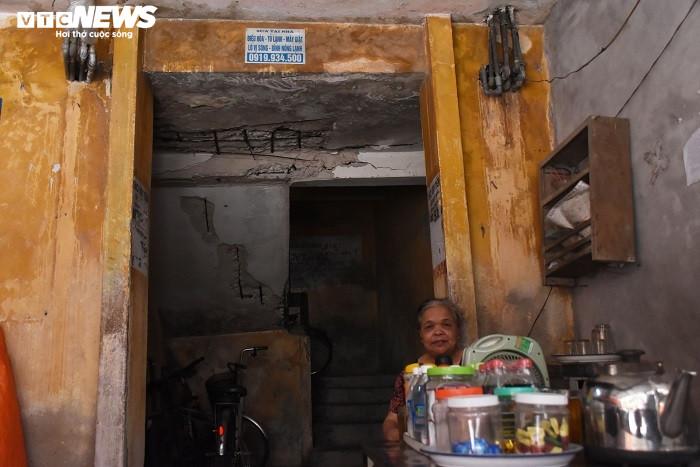 Hải Phòng: Chung cư hơn 40 năm xuống cấp, người dân vào nhà vệ sinh phải đội nón - 4