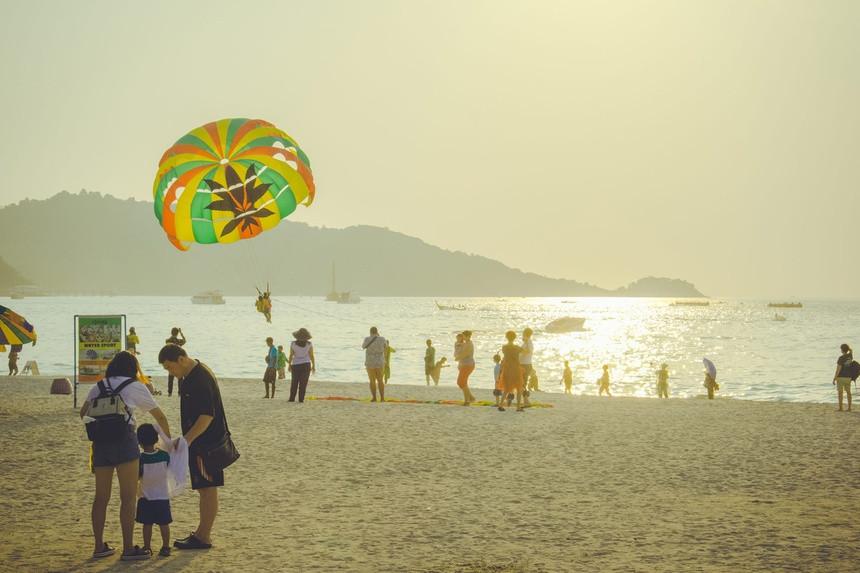 Dân địa phương lo ngại khi Phuket đón khách quốc tế trở lại - 1