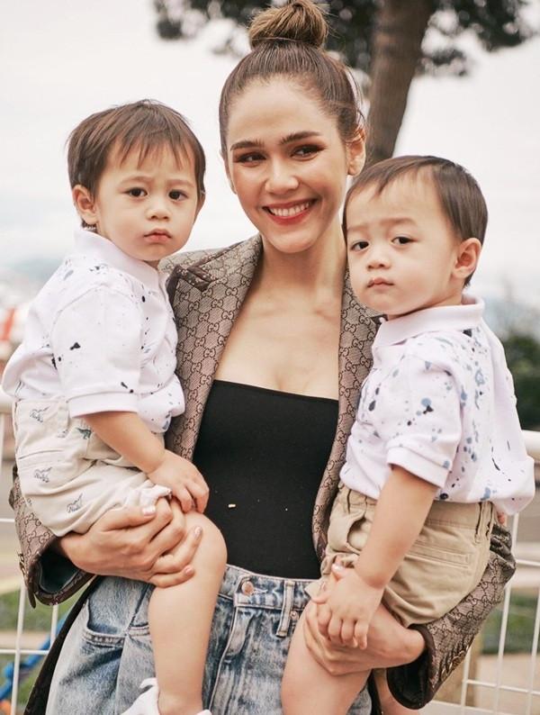 Cuộc sống như mơ của bông hồng lai Thái Lan được chồng tặng siêu xe 17 tỷ - 9