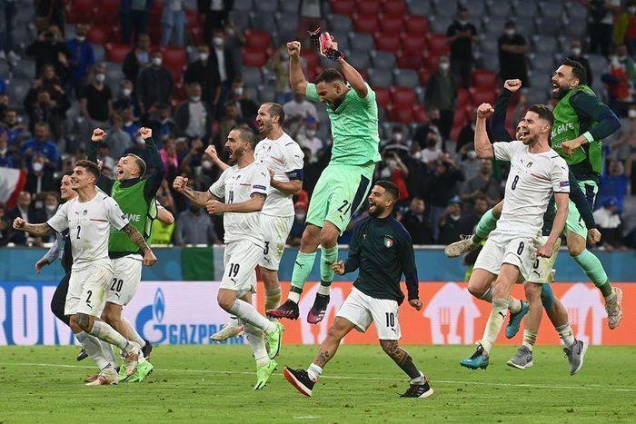 EURO 2020 ngày 3/7: Xác định cặp bán kết đầu tiên, cầu thủ Italy bật khóc - 1