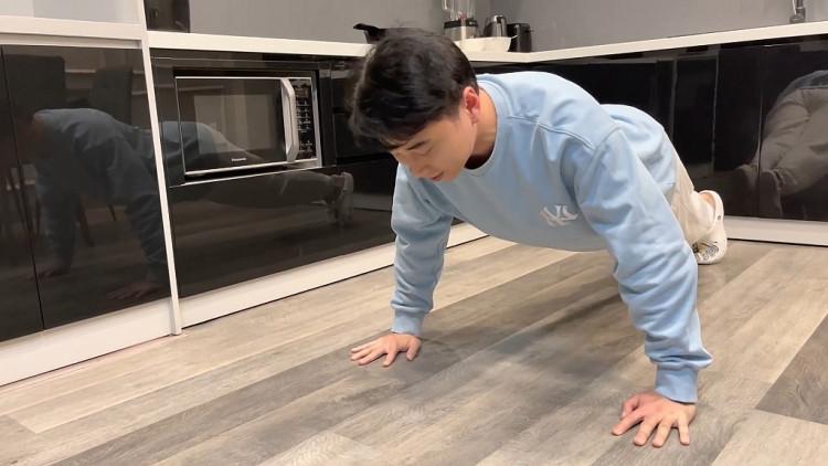 'Run from home': Karik thách Ninh Dương Lan Ngọc vừa plank vừa hát Bolero