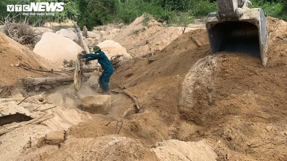Ảnh: Quân nhân đội nắng bới đất, lật đá tìm 11 người còn mất tích ở Rào Trăng 3 - 6