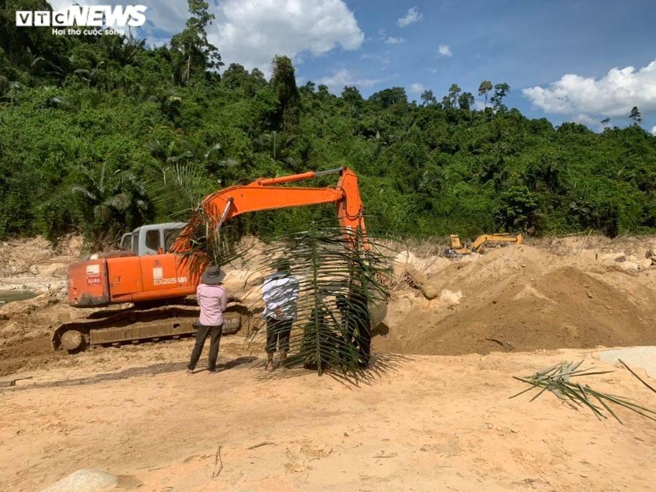 Ảnh: Quân nhân đội nắng bới đất, lật đá tìm 11 người còn mất tích ở Rào Trăng 3 - 3