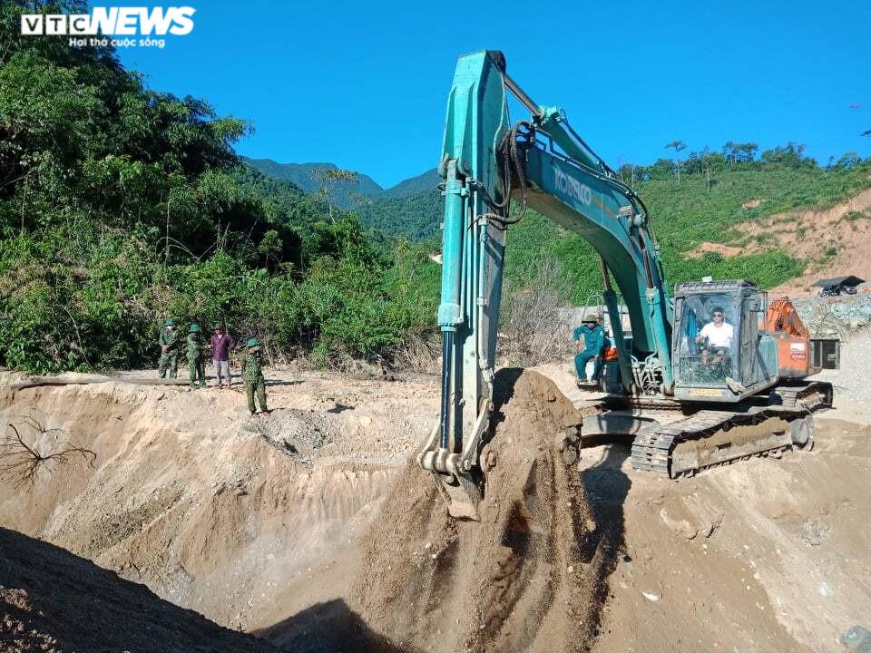 Ảnh: Quân nhân đội nắng bới đất, lật đá tìm 11 người còn mất tích ở Rào Trăng 3 - 2