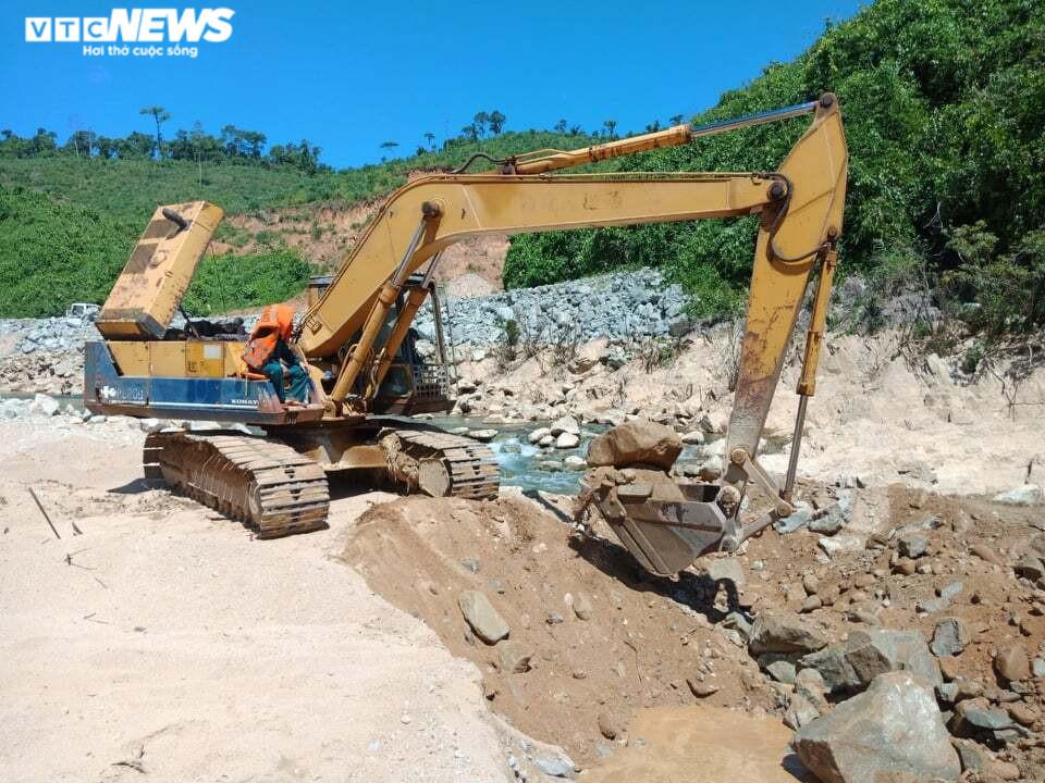 Ảnh: Quân nhân đội nắng bới đất, lật đá tìm 11 người còn mất tích ở Rào Trăng 3 - 4