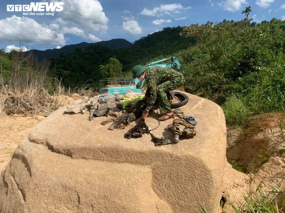 Ảnh: Quân nhân đội nắng bới đất, lật đá tìm 11 người còn mất tích ở Rào Trăng 3 - 7