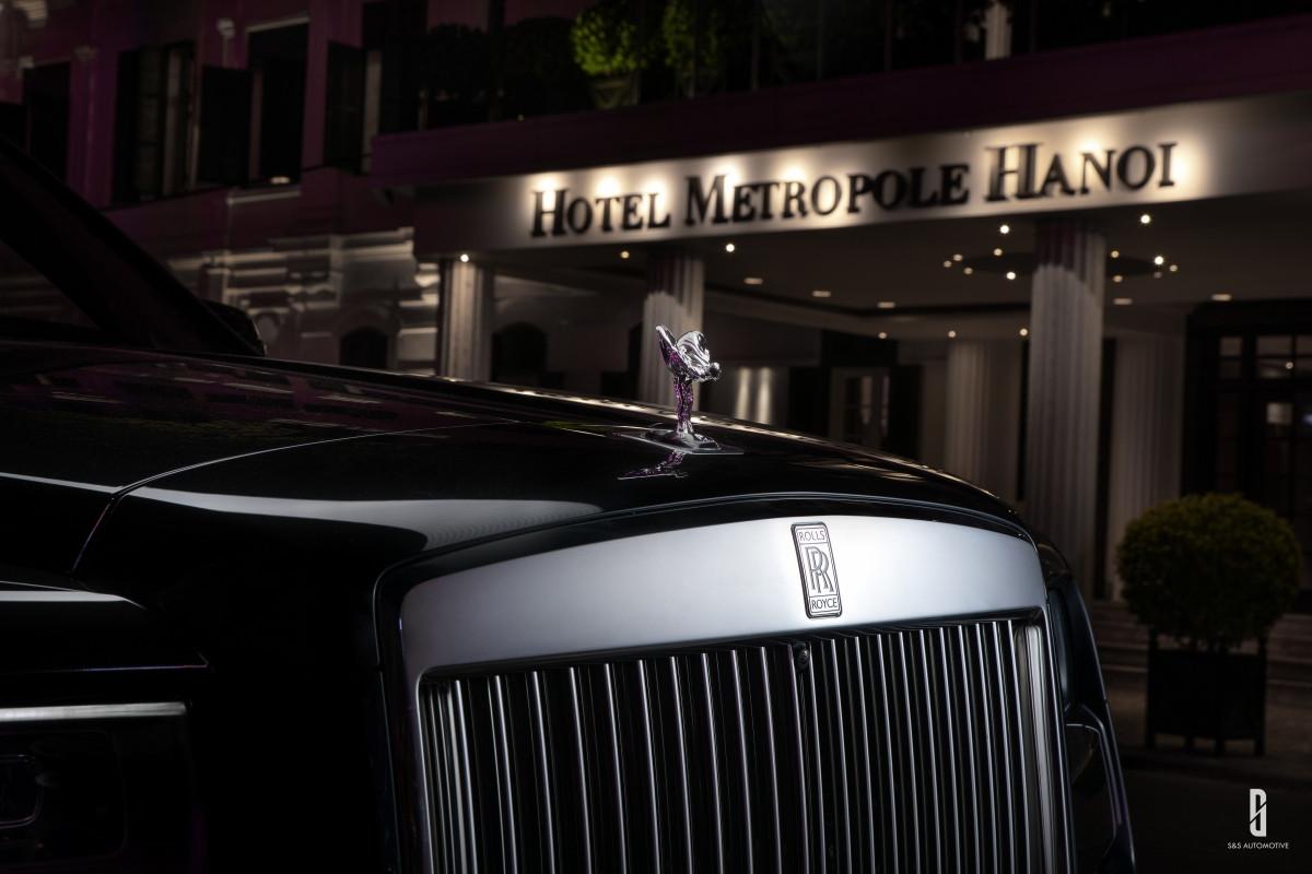 Trong khi đó, khoang nội thất của xe sử dụng các vật liệu cao cấp. Bầu trời sao cũng là đặc trưng của riêng Rolls-Royce, mỗi vị chủ nhân có thể yêu cầu một bầu trời riêng. Shooting star – hiệu ứng sao bay được tạo ra bằng tổ hợp chuyển sáng mượt mà của nhóm khoảng 196 bóng đèn.