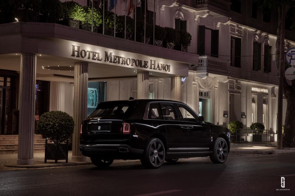 Rolls-Royce Cullinan được trang bị lazăng bảy chấu với đường kính 22 inch, đi kèm cặp lốp Contisport Contact có độ bền cao, chạy tốt trên đường gồ ghề. Phía sau sở hữu đèn chiếu hậu thanh mảnh lấy cảm hứng từ đèn phố London xưa.