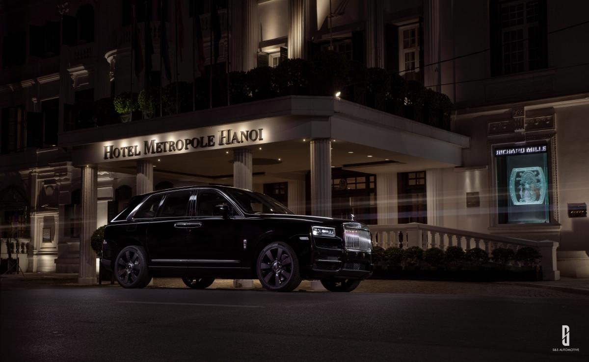 """Rolls-Royce Cullinan sử dụng khung gầm mới bằng nhôm tên """"Architecture of Luxury"""" nhẹ hơn khoảng 130kg và kháng âm cao hơn thép, chống ồn tuyệt vời đồng thời tăng độ cộng hưởng của âm thanh bên trong cabin."""