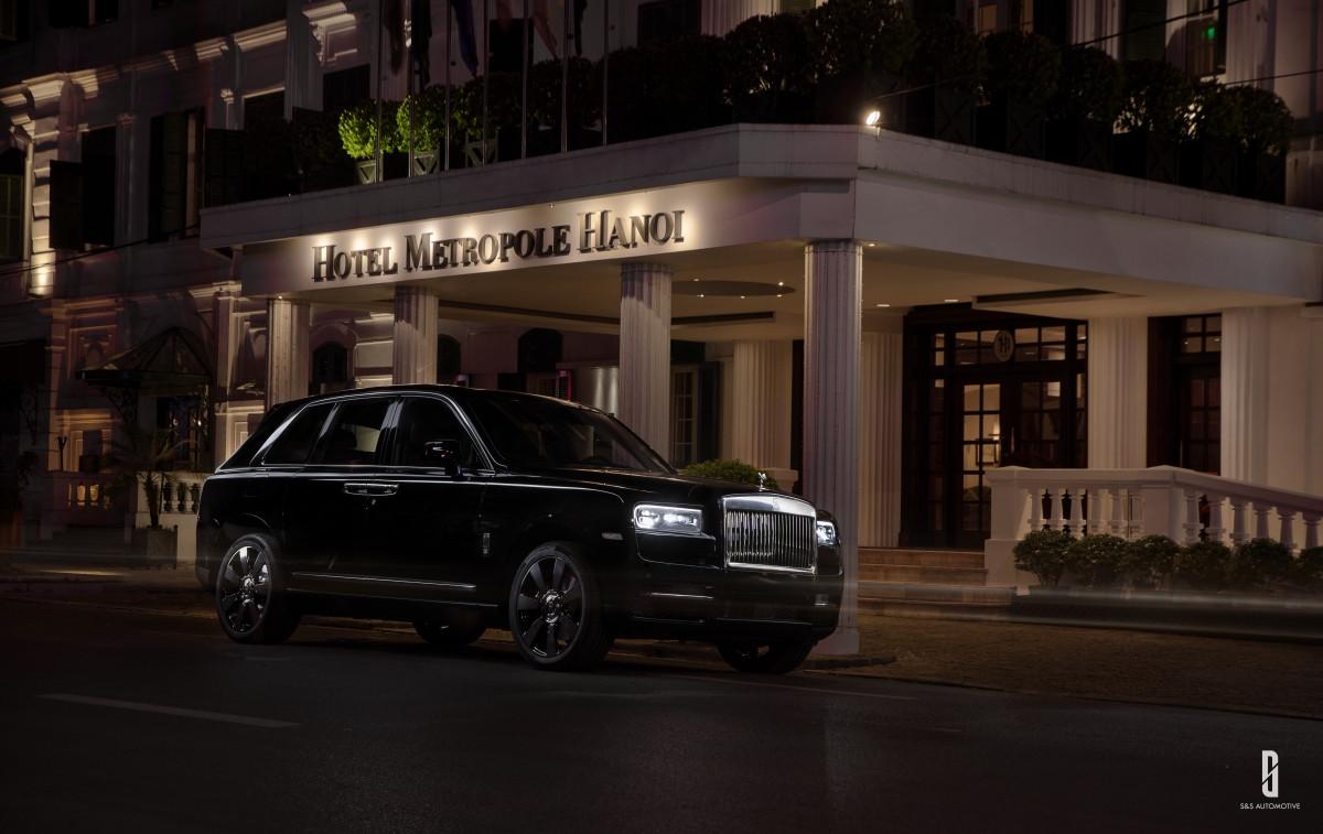 Được đặt tên theo viên kim cương lớn nhất, Rolls-Royce Cullinan có thể cùng chủ nhân chinh phục mọi cung đường với động cơ êm ái, vẻ đẹp sắc sảo.Dừng chân trước một không gian biểu tượng của thành phố, chiếc xe màu đèn hòa hợp với sự tĩnh lặng nhẹ nhàng của màn đêm Hà Nội.