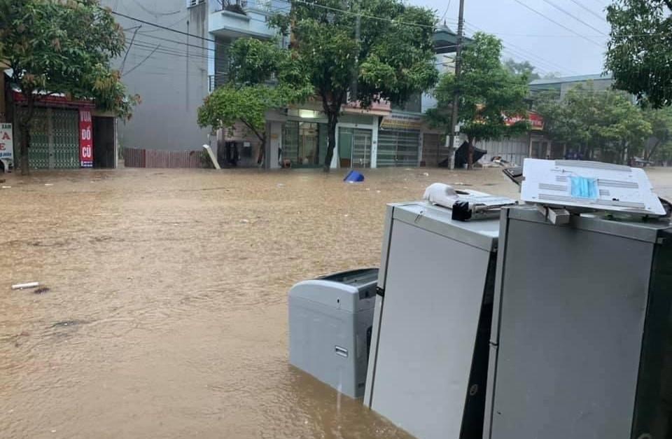 Lào Cai mưa lớn, ô tô chết máy, xe máy ngập gần tới yên - 9