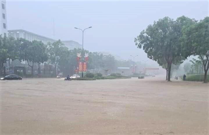 Lào Cai mưa lớn, ô tô chết máy, xe máy ngập gần tới yên - 10