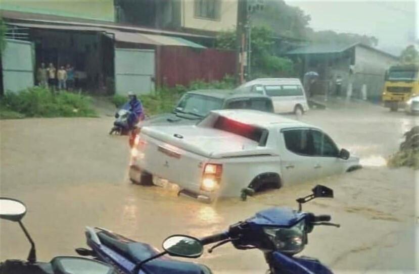 Lào Cai mưa lớn, ô tô chết máy, xe máy ngập gần tới yên - 5