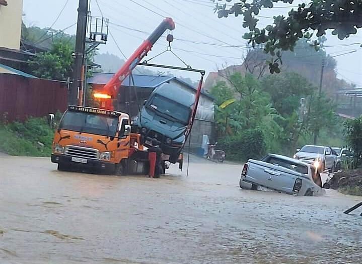 Lào Cai mưa lớn, ô tô chết máy, xe máy ngập gần tới yên - 6