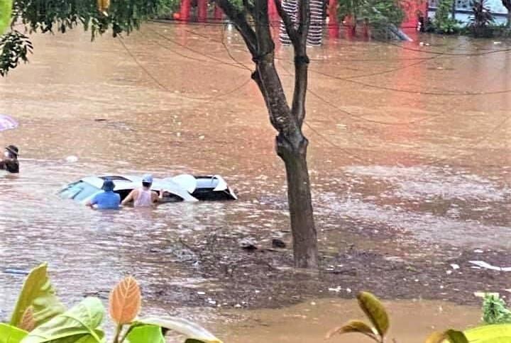 Lào Cai mưa lớn, ô tô chết máy, xe máy ngập gần tới yên - 2