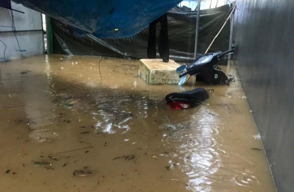 Lào Cai mưa lớn, ô tô chết máy, xe máy ngập gần tới yên - 8