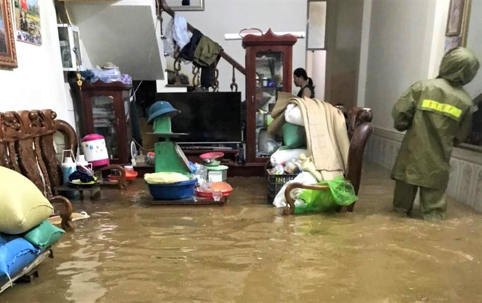 Lào Cai mưa lớn, ô tô chết máy, xe máy ngập gần tới yên - 7