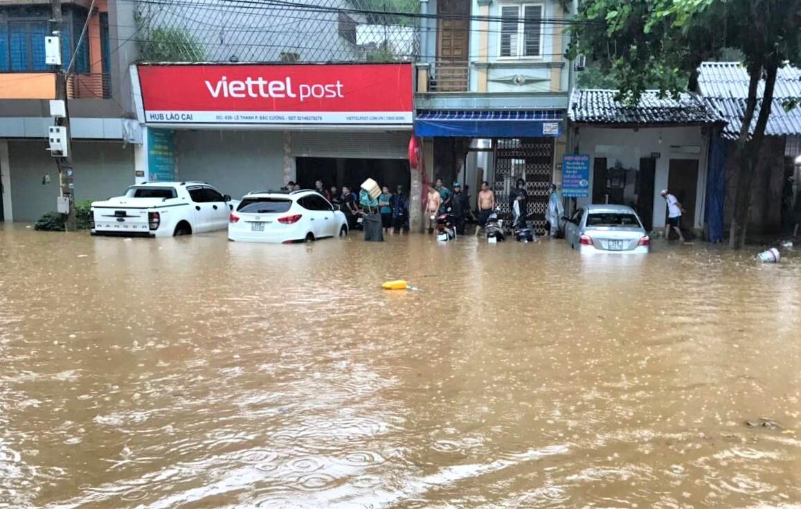 Lào Cai mưa lớn, ô tô chết máy, xe máy ngập gần tới yên - 4