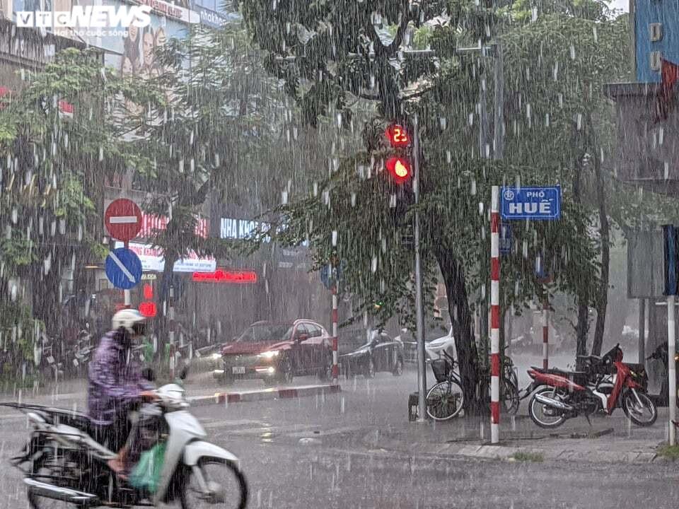 Ảnh: Hà Nội đón 'mưa vàng' giải nhiệt sau chuỗi ngày nắng nóng gay gắt - 2