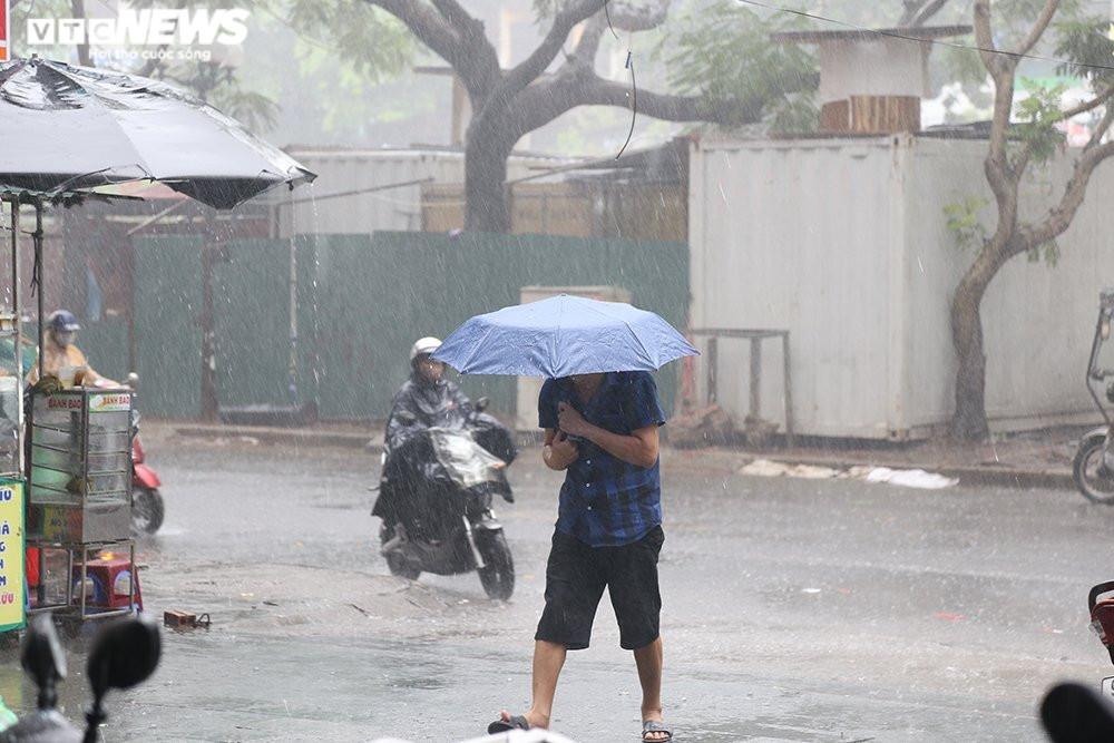 Ảnh: Hà Nội đón 'mưa vàng' giải nhiệt sau chuỗi ngày nắng nóng gay gắt - 5