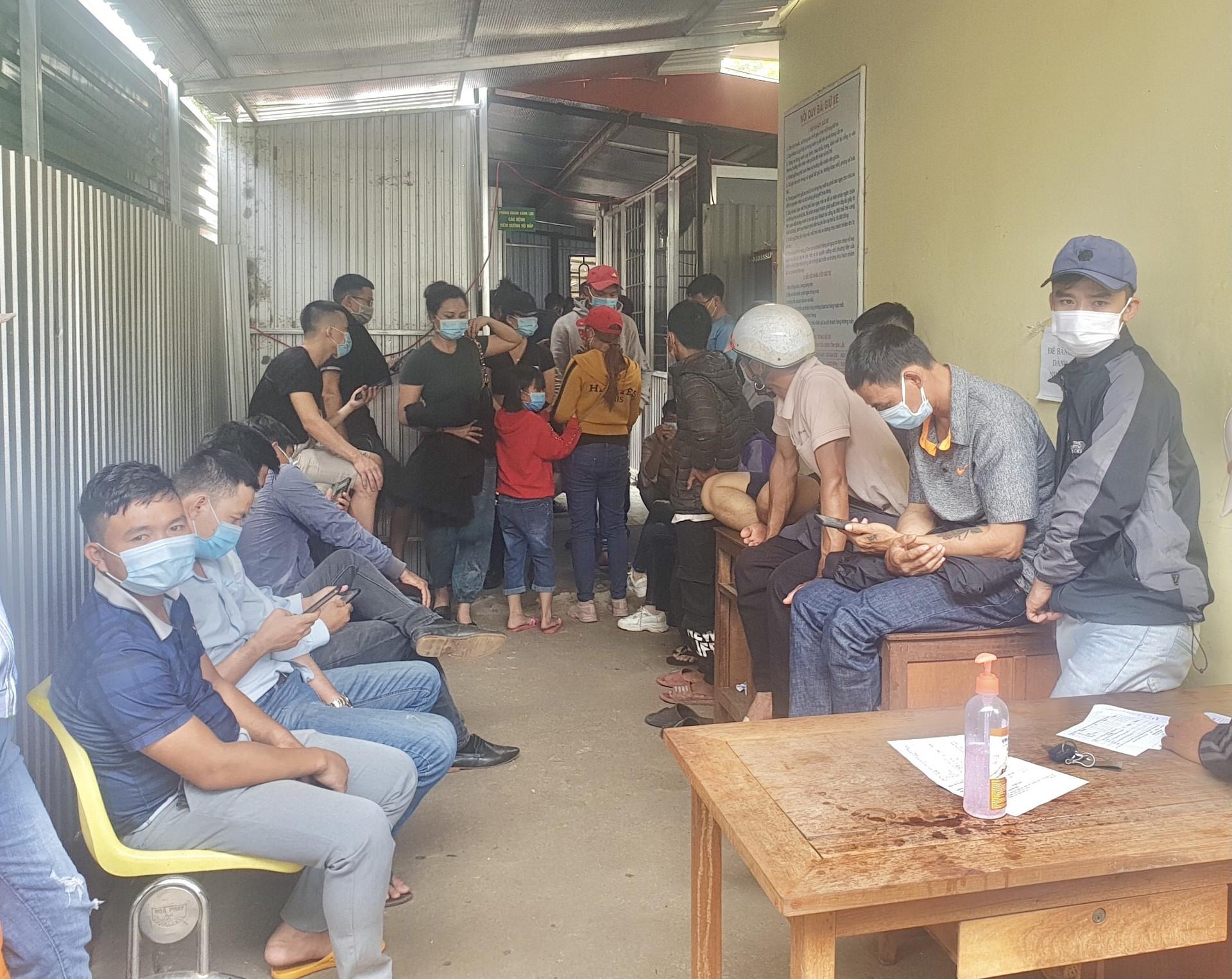 Người dân Đắk Lắk kéo nhau đi xét nghiệm COVID-19 lấy 'giấy thông hành' - 1