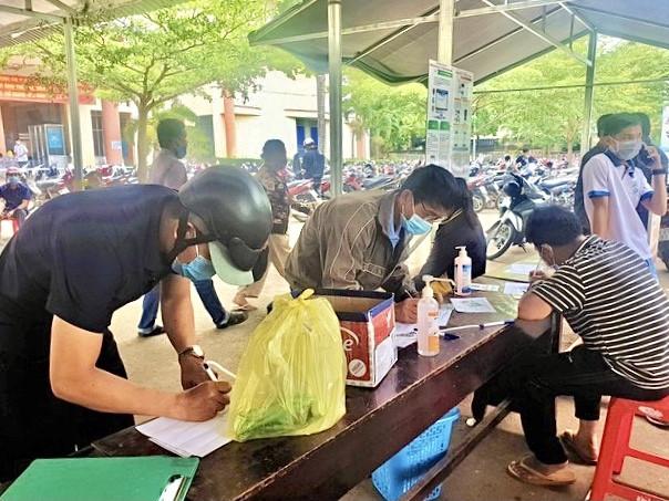 Người dân Đắk Lắk kéo nhau đi xét nghiệm COVID-19 lấy 'giấy thông hành' - 2