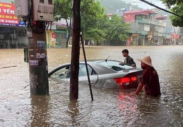 Thành phố Lào Cai chìm trong biển nước sau trận mưa lớn