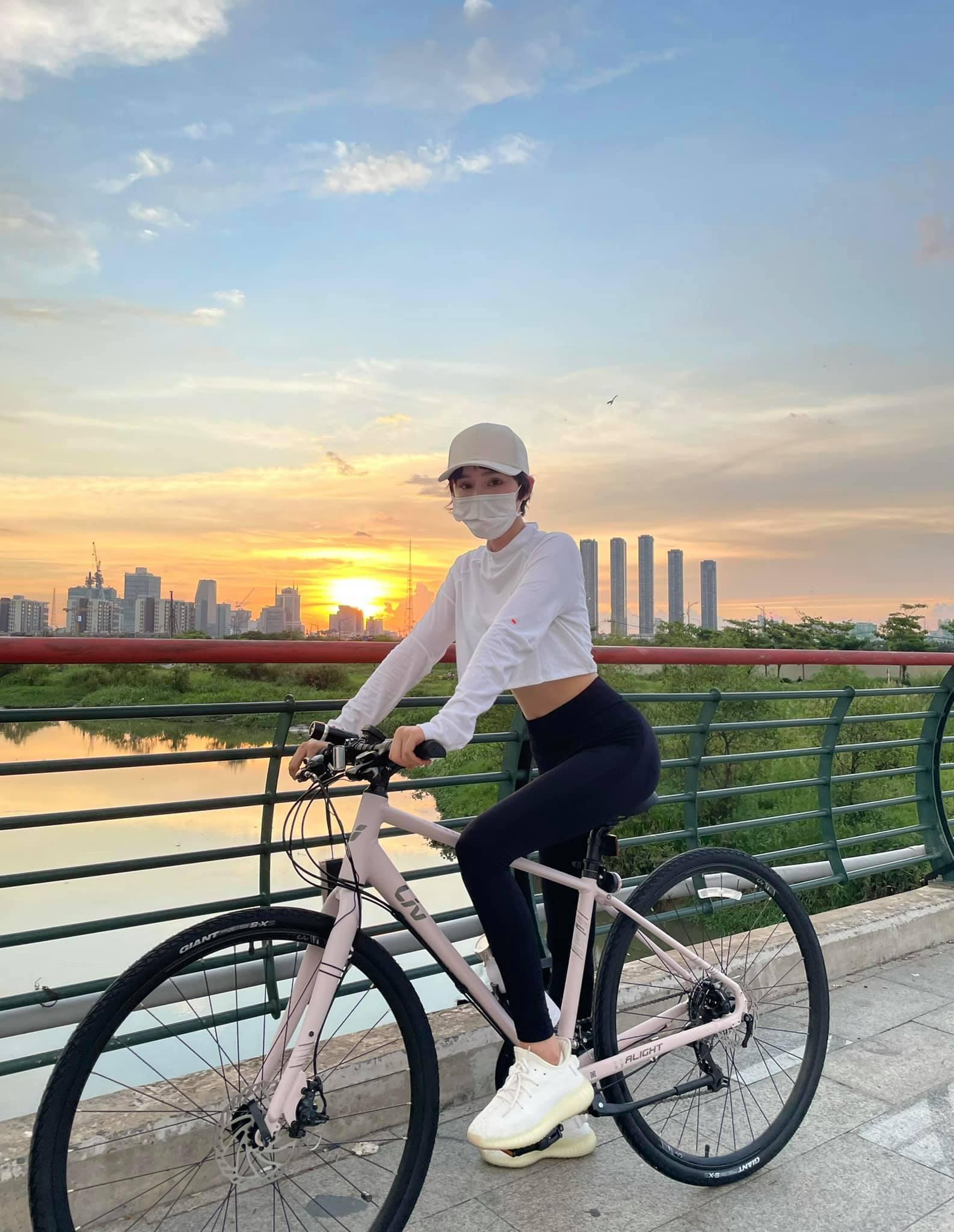 Hot girl Lê Bống diện đồ nổi bật khi đạp xe theo trào lưu - 7
