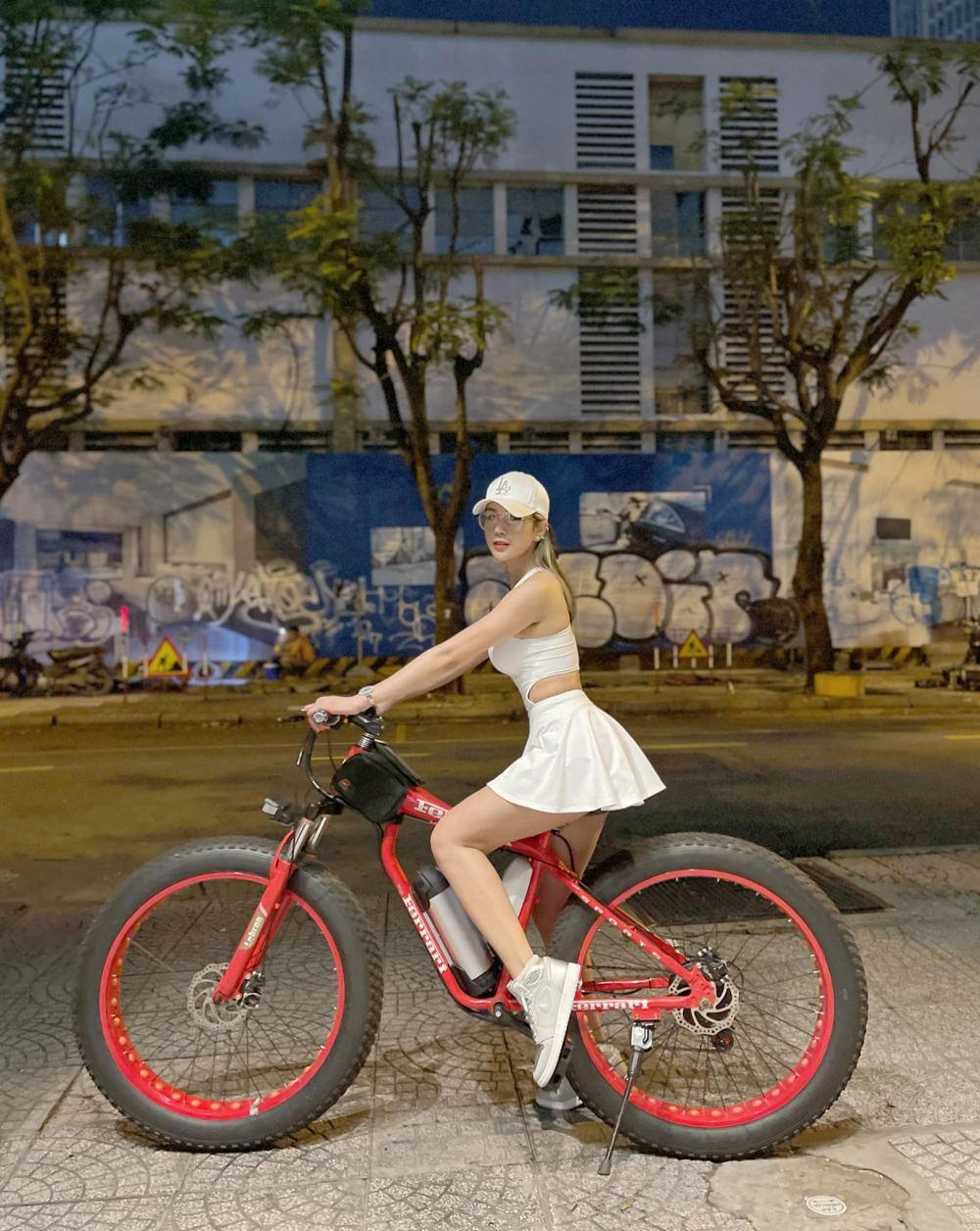 Hot girl Lê Bống diện đồ nổi bật khi đạp xe theo trào lưu - 6