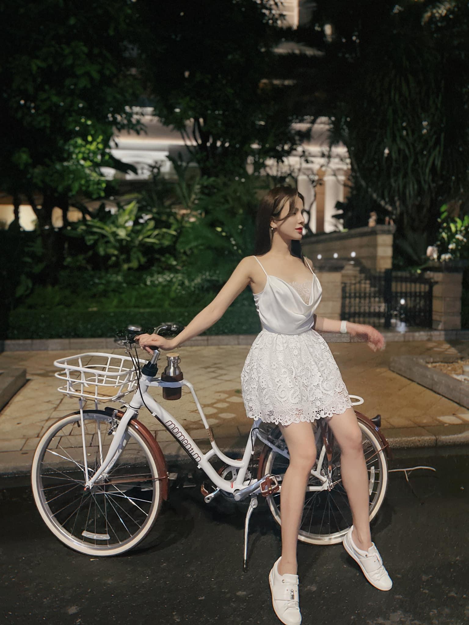 Hot girl Lê Bống diện đồ nổi bật khi đạp xe theo trào lưu - 5