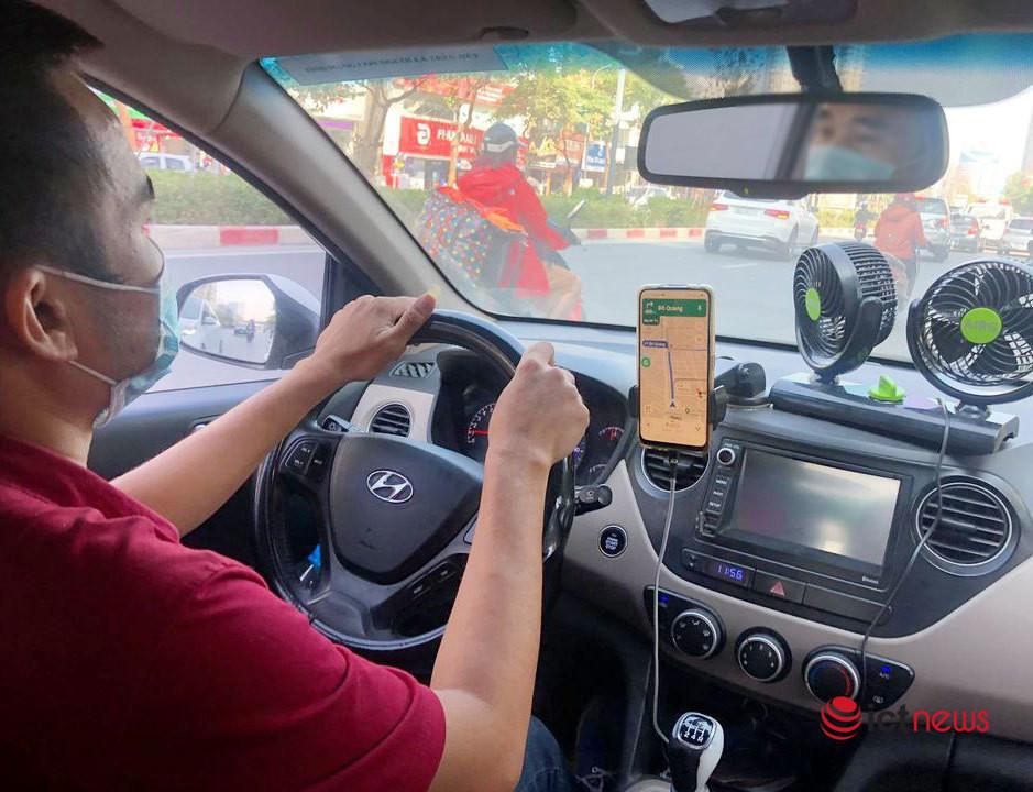 Tài xế taxi công nghệ chật vật mưu sinh trong mùa dịch, còng lưng cày cuốc xe trả nợ