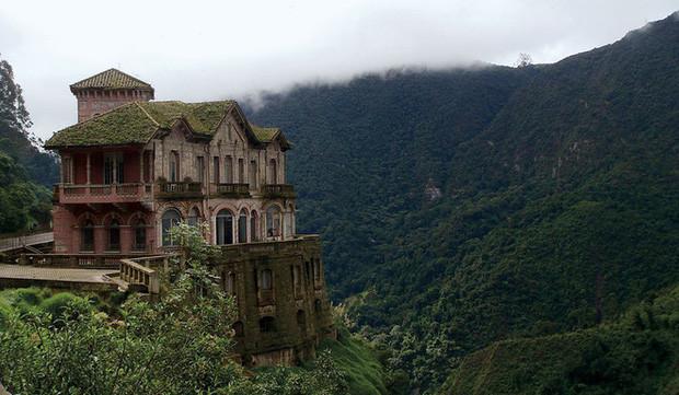 """Hotel Del Salto: Từ chốn nghỉ dưỡng xa xỉ bậc nhất chỉ dành cho giới thượng lưu tới """"địa ngục u ám"""" của hàng loạt vụ tự sát gây ớn lạnh - Ảnh 1."""
