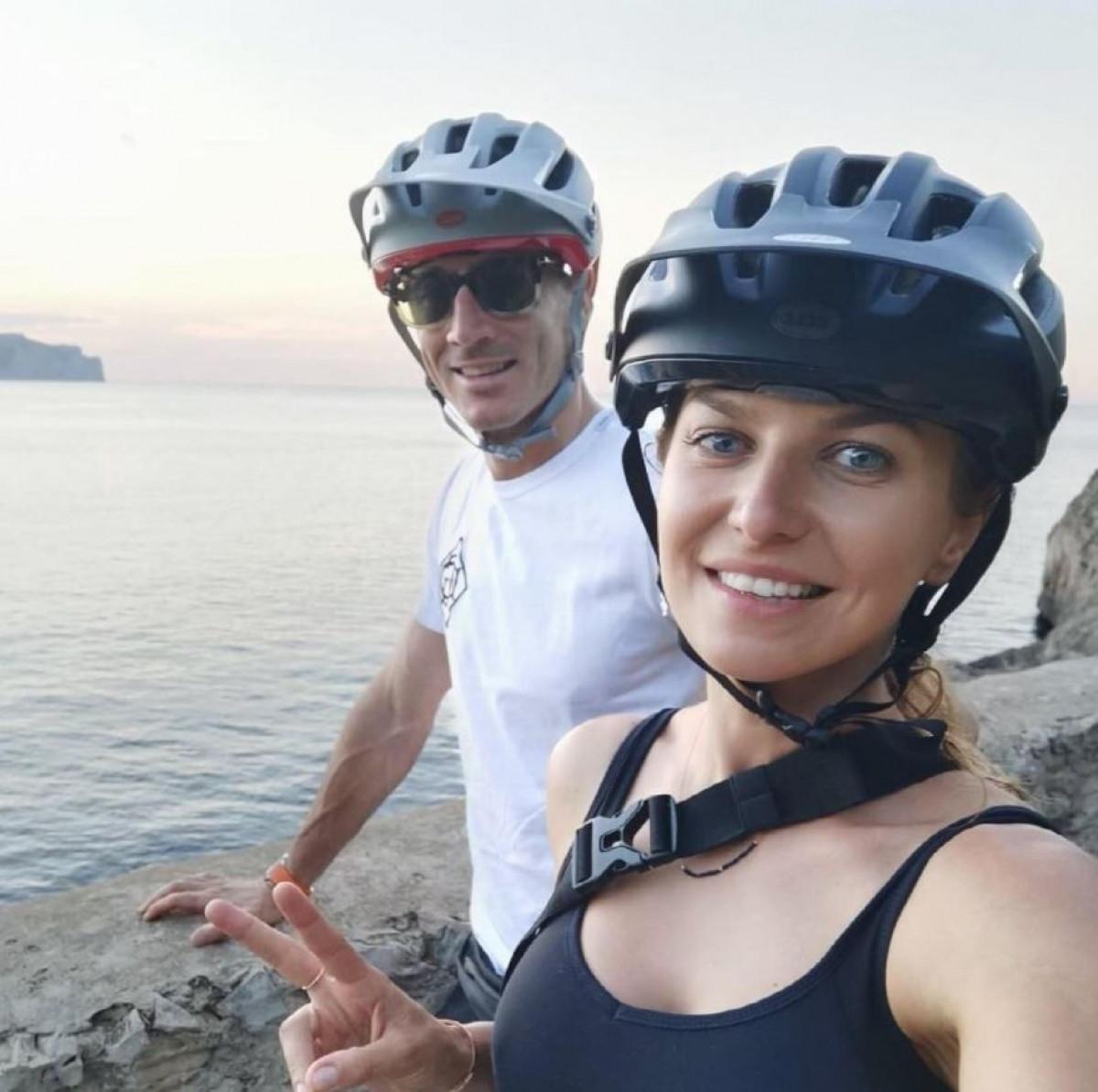 Robert Lewandowski đi đạp xe cùng bà xã Anna Lewandowska sau khi Ba Lan không thể vượt qua vòng bảng EURO 2021.