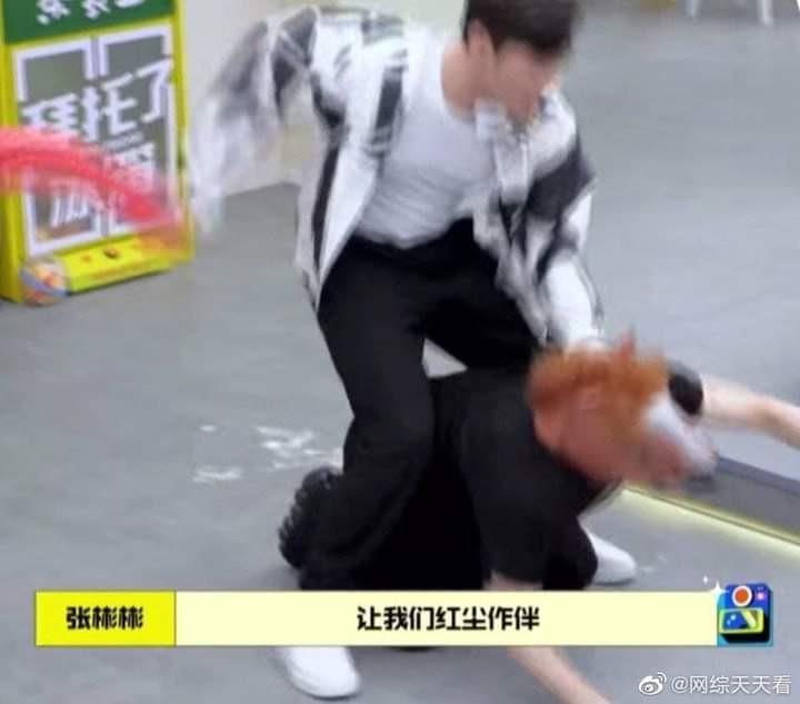 Show 'Xin nhờ tủ lạnh' gây phẫn nộ vì để Vương Gia Nhĩ quỳ xuống làm ngựa cho khách mời cưỡi trên lưng
